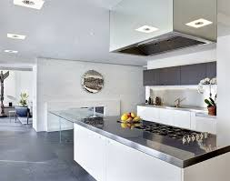 cuisine moderne blanche cuisine blanche et inox idées et astuces en 90 photos archzine fr