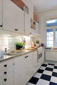 cuisine blanche avec plan de travail noir cuisine blanche et moderne ou classique en 55 idées