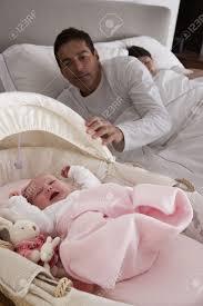 baby jungen zimmer neugeborenes baby schreien im kinderbett im zimmer der eltern