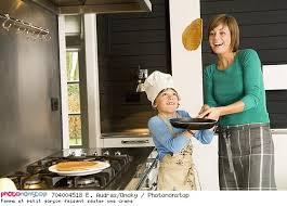 faisant l amour dans la cuisine femme et petit garçon faisant sauter une crêpe 18 19 ans 2