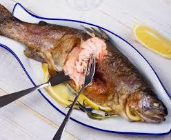 cuisiner le saumon saumon entier au court bouillon aromatique recette de saumon