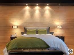 mur de chambre en bois habiller murs fenêtre et lit dans la chambre à coucher