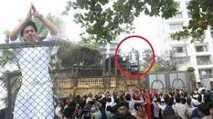 crazy fans outside shahrukh khan u0027s house mannat to wish him on eid