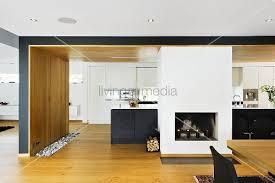 einbauschrank küche offene küche mit kamin vor schwarzem küchenblock und weissem