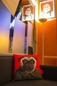 dans le canapé dans le canape avec mao photo de bar la grenouille gace