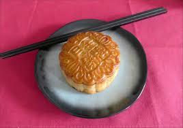 cuisine traditionnelle chinoise gateau de lune ou yue aux graines de lotus la table de meline