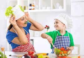 enfant cuisine mère et enfant dans la cuisine amusant de jouer avec des légumes et
