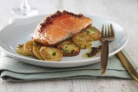 cuisiner le saumon recette de filet de saumon à l unilatérale pommes sautées au persil