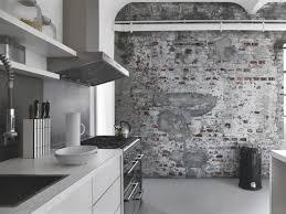 papier peint cuisine gris papier peint imitation bois et béton qui invite la nature à