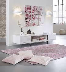deko in grau dekorieren mit pastelltönen kissen teppich und was das herz