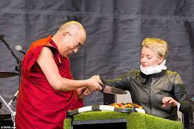dalai lama spr che glastonbury 2015 comes to an end as the dalai lama makes an