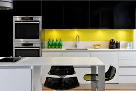cuisine jaune et blanche du jaune pour réchauffer une cuisine moderne jaune noir et cuisines