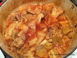 cuisiner des cardes sauté de porc ou dinde avec bettes cardes bok choy dans un plat