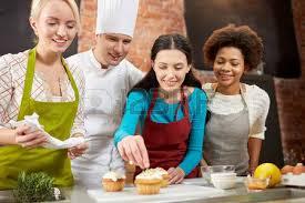 cours de cuisine en groupe cours de cuisine de l amitié de la nourriture et les gens notion