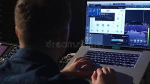 bureau d enregistrement ingénieur du 4k dans le studio d enregistrement utilisant