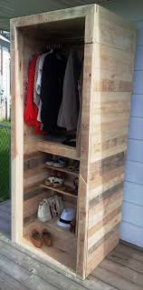 Walk In Closet Shelving by Best 25 Pallet Closet Ideas On Pinterest Pallet Wardrobe