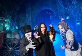 ellen degeneres halloween horror nights ellen degeneres pushed u201cmodern family u201d eric stonestreet into a
