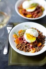 cuisiner lentille recette salade de lentilles au curry œuf mollet et lardons