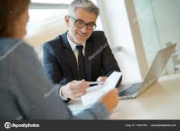 le bureau banquier femme dans bureau banquier signature financière prêt pour projet