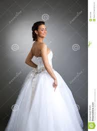 pose photo mariage pose modèle gaie dans la robe de mariage plan rapproché photo