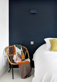 siege vintage siege vintage en bois a cote d un lit le mur derriere le lit est de
