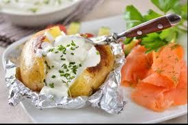 cuisiner saumon fumé recette de pommes de terre à la cendre sauce yaourt et saumon fumé
