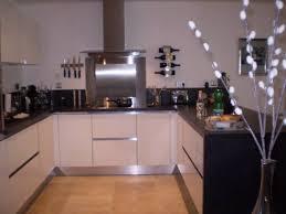 cuisine sans meuble haut cuisine italienne blanc brillant sans poignees posee sur auriol