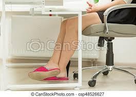 le de bureau sur pied bureau pieds sous table femmes affaires pantoufles photo de