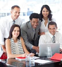 equipe bureau équipe entreprise multiethnique travaillent ensemble au bureau