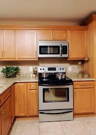light oak shaker kitchen cabinets oak cabinet finishes chatham oak kitchen cabinet finish