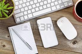 bureau en gros souris papier et stylo sur un ordinateur portable avec du café et de la