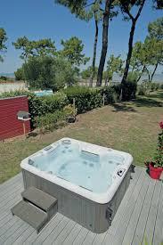jacuzzi bois exterieur pour terrasse massages à la plage grâce à ce spa extérieur côté piscine