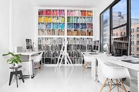 decorer un bureau un bureau avec des chaises eames