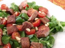 cuisiner le foie de veau foie de veau poêlé en salade de mâche recette ptitchef
