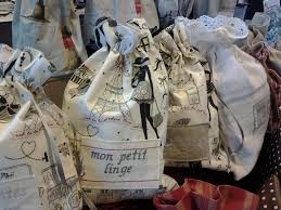 tissus motif paris pochon ou petit sac lingerie tissu coton motif paris brodé