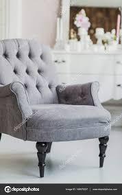 chaise rembourr e chaise rembourrée de couleur beige dans le salon avec des fleurs