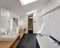 modernes bad fliesen badezimmer mit schwarzen fliesen design ideen beispiele für