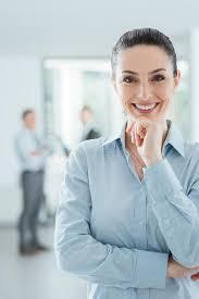 femme de bureau femme d affaires sûre dans la pose de bureau photo stock image du