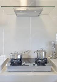 cuisine avec gaziniere casserole en acier inoxydable sur la gazinière avec ustensile de