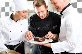 equipe cuisine équipe de chef dans la cuisine de restaurant avec le dessert image