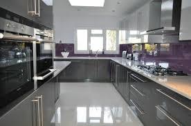 cuisine grise et aubergine cuisine cuisine gris anthracite avec une crédence couleur aubergine