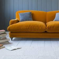 canap orange salon avec murs en bois bleu gris et parquet sol décoré avec un
