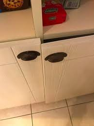 porte de la cuisine l état de la porte de placard de la cuisine avec la porte qui