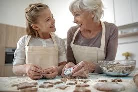 mamie cuisine fille heureuse et mamie ayant l amusement dans la cuisine photo
