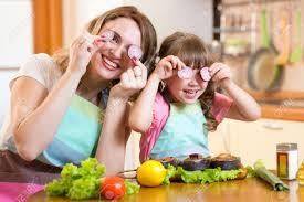 mere et fille cuisine drôle mère et fille jouer avec des légumes dans la cuisine la
