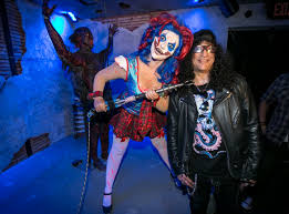 slash reacts to his own maze at halloween horror nights youtube