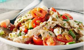 lentilles cuisine salade grecque aux lentilles et au poulet arrosée de vinaigrette