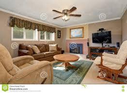 Wohnzimmer Design Mit Kamin Typisches Amerikanisches Wohnzimmer Mit Brauner Couch Und Kamin