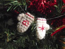 tiny mittens ornaments free crochet pattern from pitits pixels