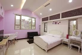 chambre en d駸ordre 紅紫色牆很佳可惜沙發椅不適合這麼輕柔的房間三塊抽屜色塊不搭